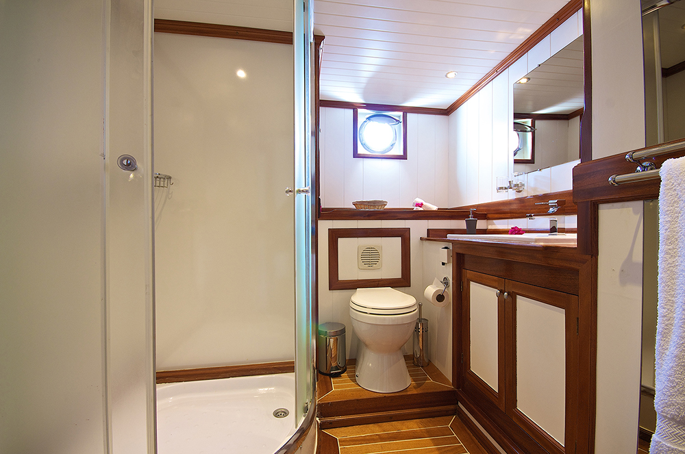 Galatea-Double-Cabin-Bathroom_x.jpg
